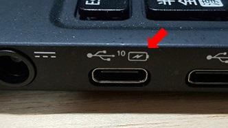 ノートPCのUSB Type-C端子にカミナリのマークがある
